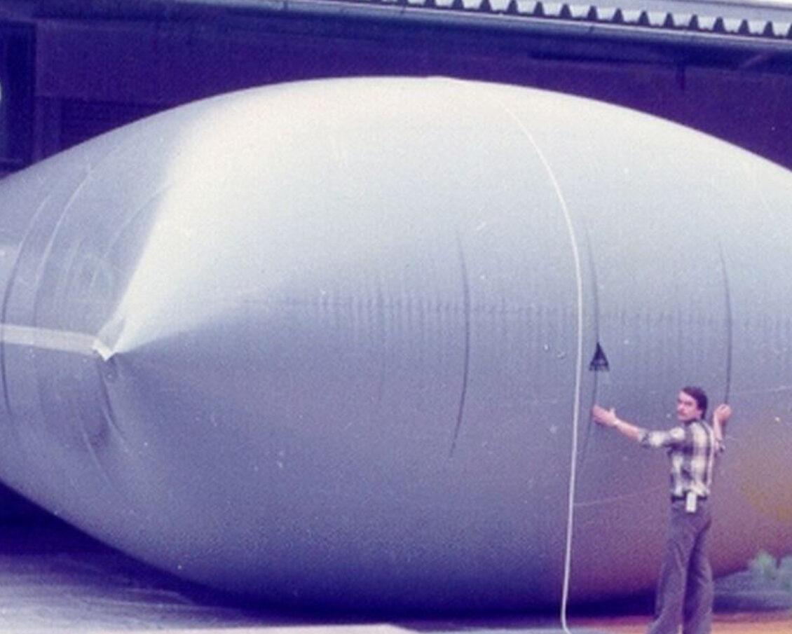 Biogas-Kissenspeicher / Biogas storage balloon